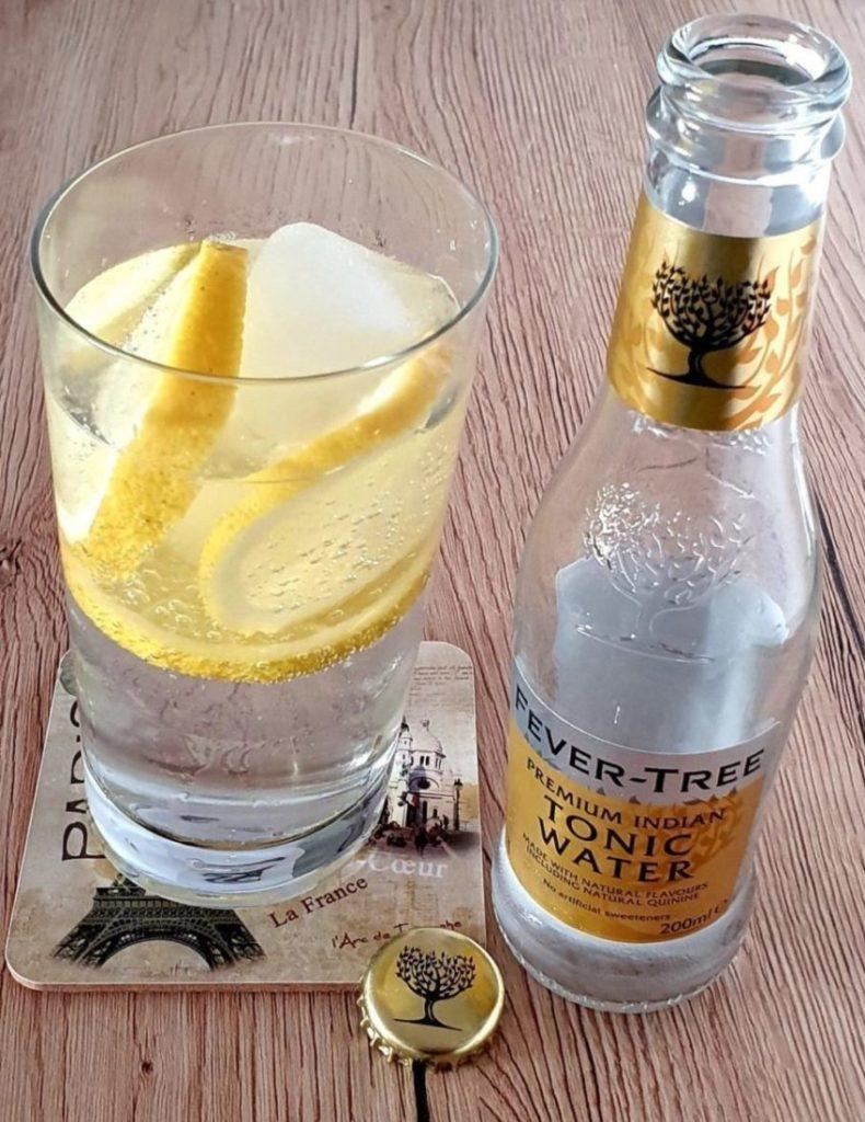 Eisgekühltes Gin Tonic, zubereitet mit Fever Tree Premium Indian Tonic Water