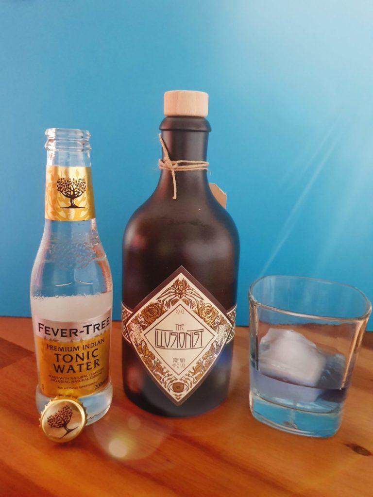 Illusionist Gin im Glas mit großem Eiswürfel by Gin-kauf.de