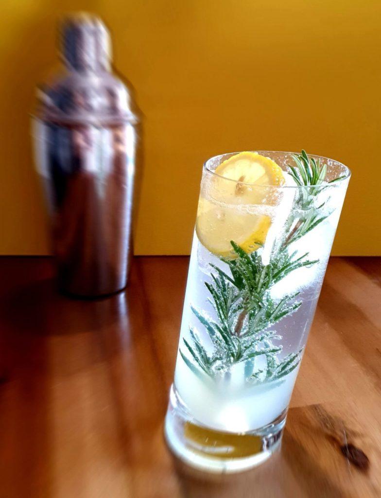 Gin Fizz mit Rosmarinzweig