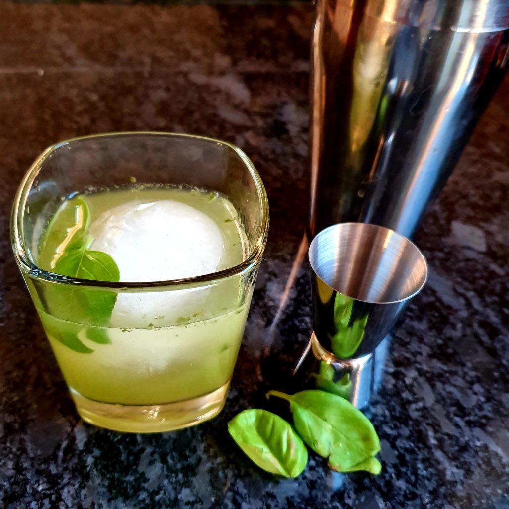 Gin Basil Smash ist ähnlich wie unser White Lady Cocktail Rezept