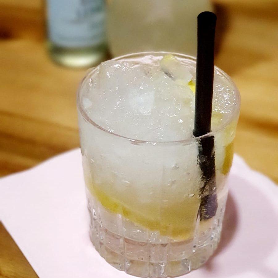 Gin mit Bitter Lemon und crushed ice